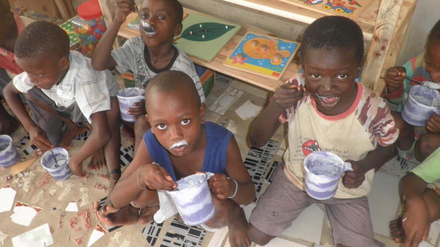 Unos niños desayunan en el centro Sunu Buga Buga que gestiona Verónica Hormaechea en Gambia.