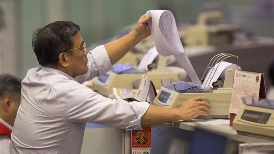 Hong Kong cambia de tendencia y sube un 0,11 % a media sesión