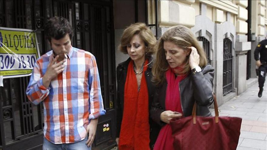 Guillermo Bárcenas y Rosalía Iglesias, acompañados de la abogada de la esposa de Bárcenas, Dolores Vázquez de Prado (centro)