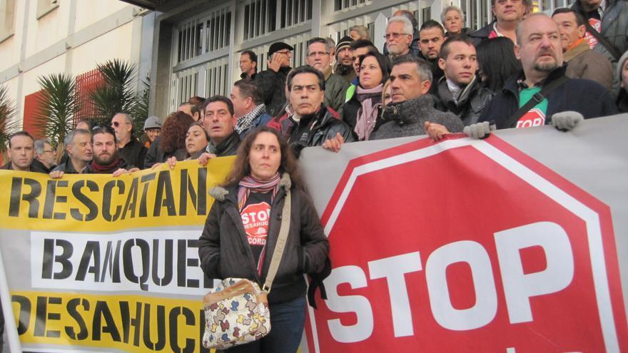 Lourdes Castro, antes del juicio, acompañada por integrantes de Stop Desahucios Córdoba.