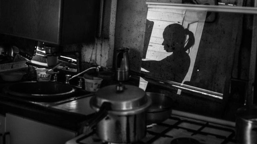 Mayra Castro, de 37 años, prepara comida en su improvisada casa en Petare, Caracas
