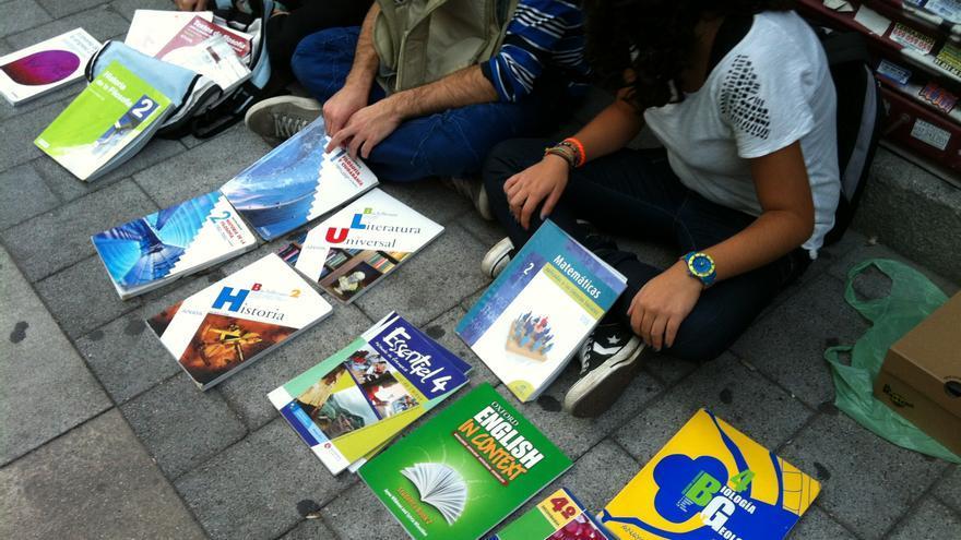 Adolescentes vendiendo libros de texto en la calle. \ S.P.