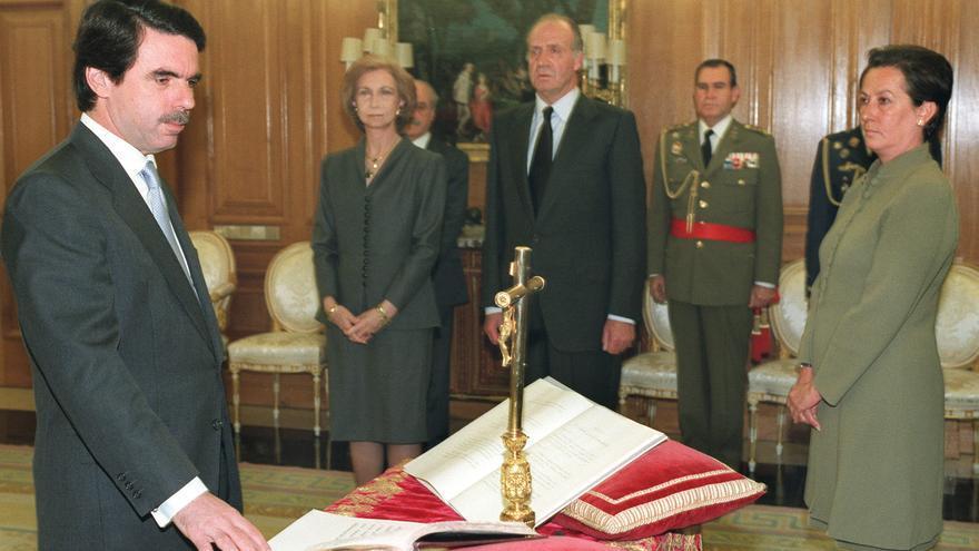 José María Aznar jura su cargo como presidente del Gobierno el 27 de abril de 2000.