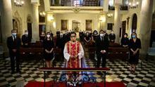 Misa en una iglesia de Toledo en el Día de Castilla-La Mancha donde el PP ha querido homenajear a las víctimas de la pandemia, a la que ha acudido Dolores de Cospedal