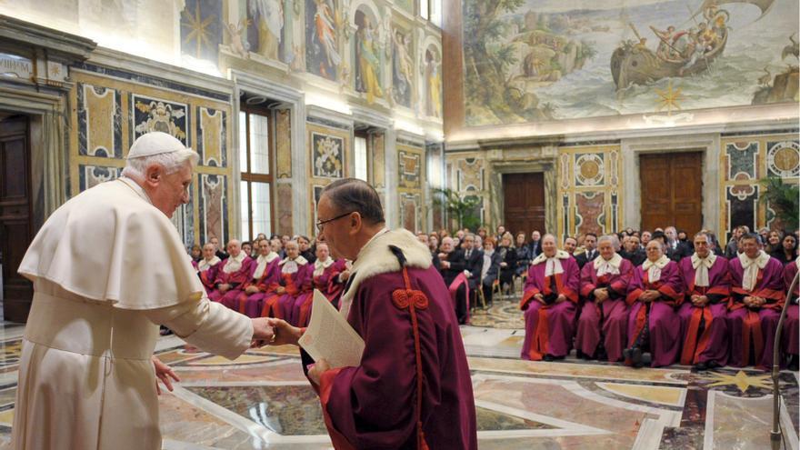 El papa Benedicto XVI recibiendo a los jueces del Tribunal Rota Romana en el salón Clementina del Vaticano en 2009 /EFE