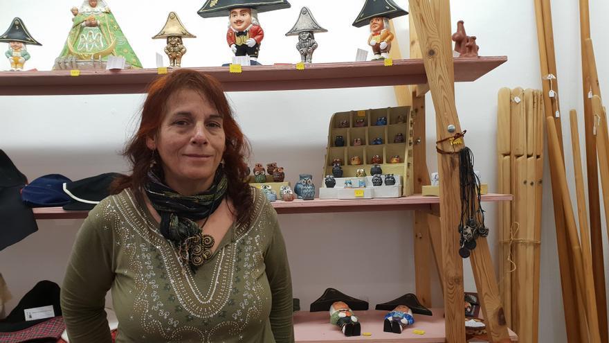 La ceramista Margot Marzán en la Muestra de Artesanía de Navidad.