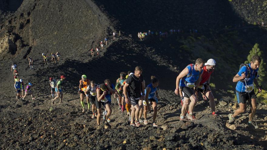 En la imgen, corredores, en un tramo de la Transvulcania 2014 que discurre entre la lava. Foto DAN LEÓN