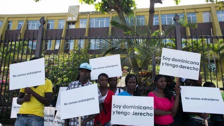 Activistas del movimiento Reconoci.do se manifiestan por los derechos de los dominicanos de origen haitiano  ante la Junta Central Electoral, 11 de marzo de 2013 en Santo Domingo. Más tarde fueron detenidos arbitrariamente por la policía.