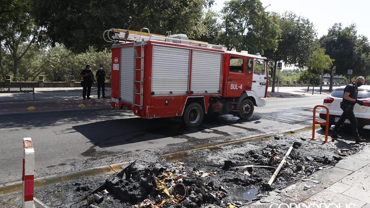 Contenedores incendiados en una imagen de archivo.