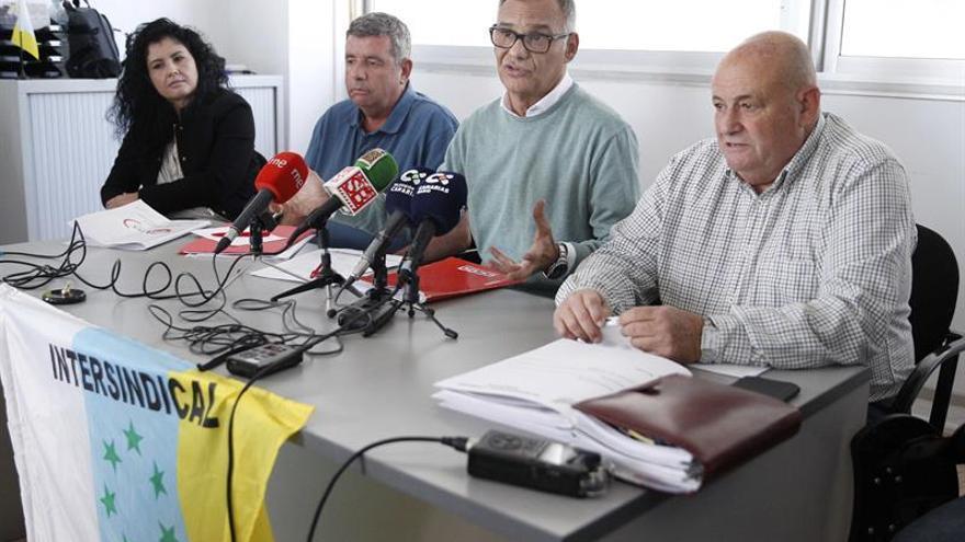 El secretario general de la Federación de Servicios de CC.OO de Canarias, Pedro Moreno (2d), acompañado de otros sindicalistas de Intersindical Canaria y UGT.