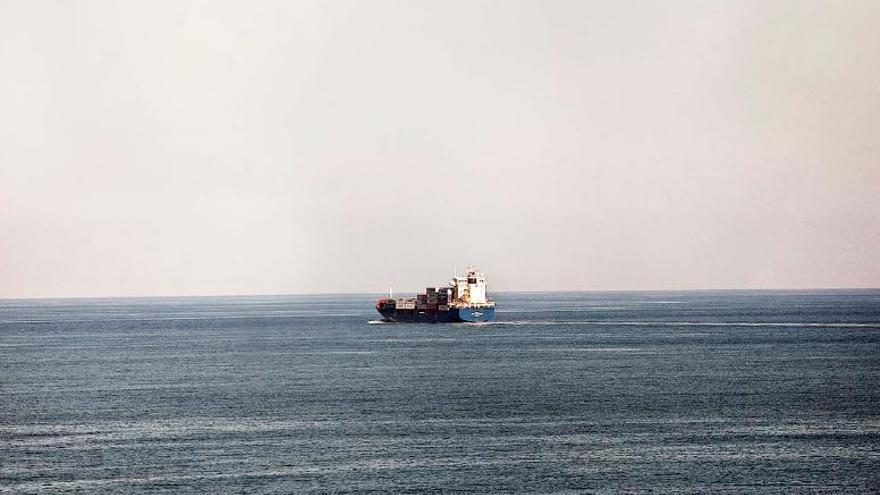 Un carguero en alta mar tras zarpar desde el puerto de Melilla en dirección a la Península// FOTO: Robert Bonet