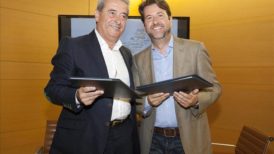 Aurelio Abreu, líder del PSOE en el Cabildo, y Carlos Alonso, actual presidente, tras la firma del reparto de áreas insulares