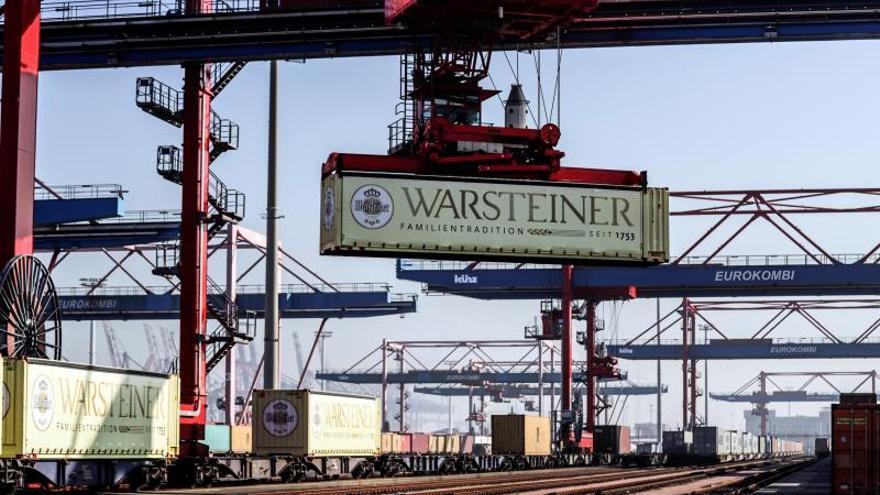 Una grúa transporta un contenedor en el puerto de Hamburgo, Alemania.