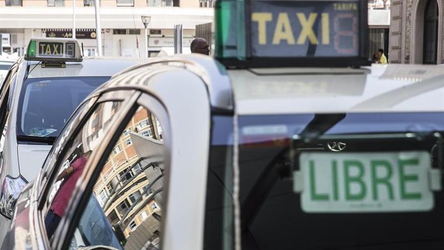 El taxi pedirá hoy a Fomento más control policial sobre los vehículos VTC
