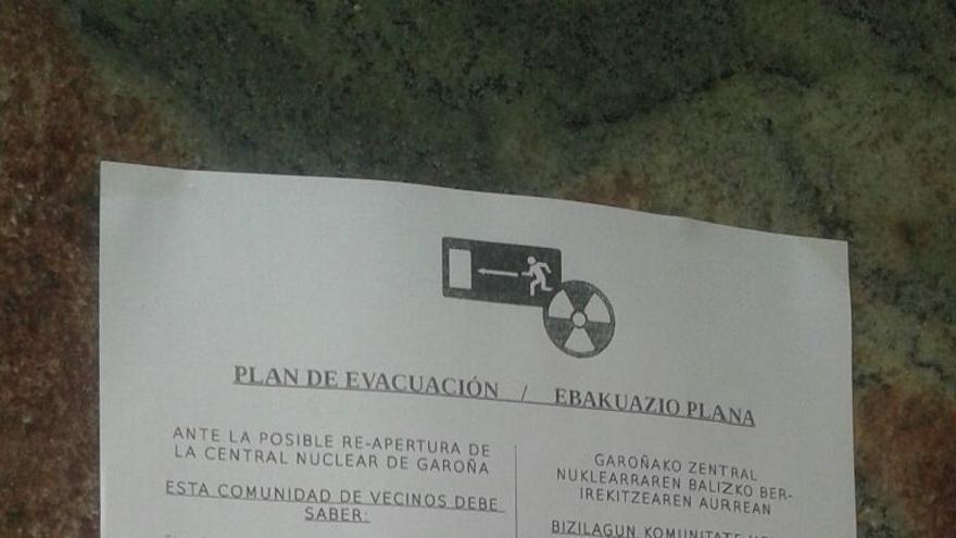 Los papeles informativos con el plan de evacuación han aparecido en los portales de varios barrios.