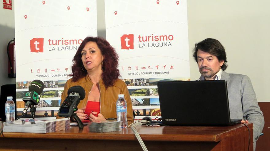 La concejal María José Castañeda, acompañada por el técnico de la empresa Crokis Multimedia, Antonio Paiz, presentó la nueva aplicación movil