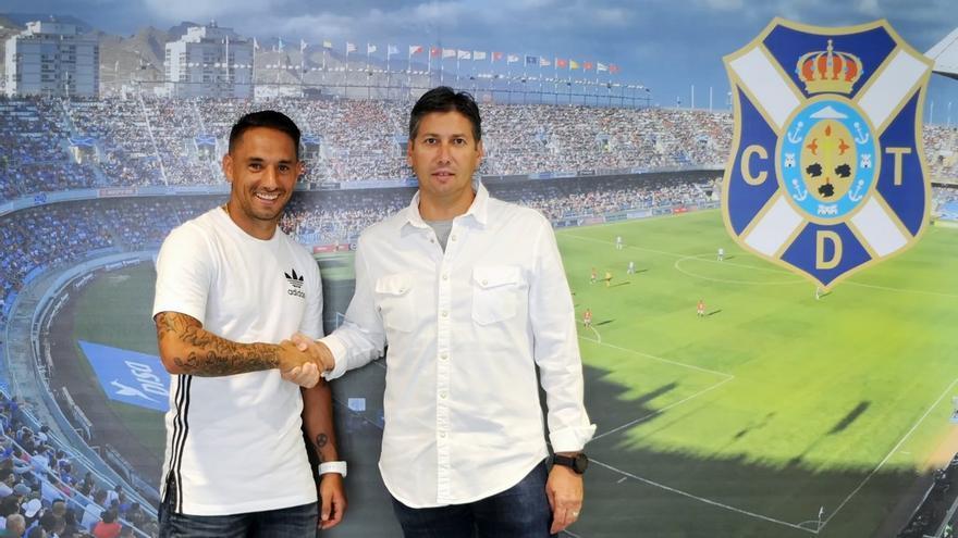 El capitán del CD Tenerife, Suso Santana, y el secretario técnico de la entidad, Alfonso Serrano.