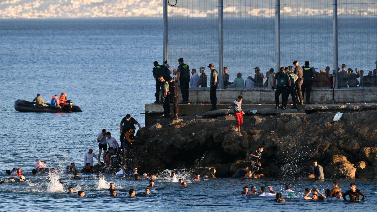 Personas migrantes en la playa del Tarajal, a 17 de mayo de 2021, en Ceuta
