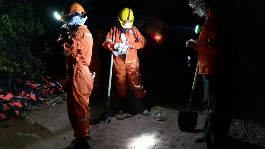 Algunos voluntarios se preparan instantes previos a la extinción de los incendios.