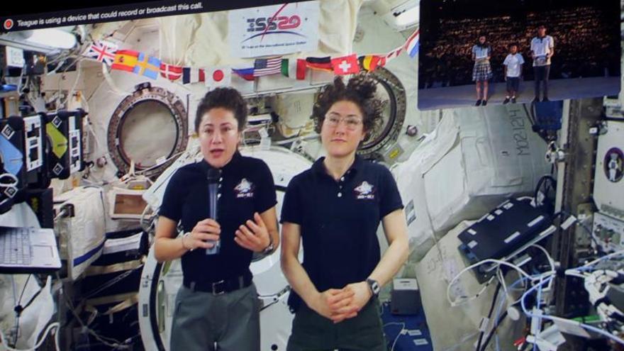 En la pantalla las astronautas Jessica Meir (i) y Chistina Koch (d) mientras participan en una vídeo-llamada en vivo con estudiantes de la International School of Panama, en Ciudad de Panamá. Estudiantes panameños recibieron una vídeo-llamada en vivo de los astronautas de la Estación Espacial Internacional 61(en inglés ISS), la primera que realiza la NASA fuera de los Estados Unidos.
