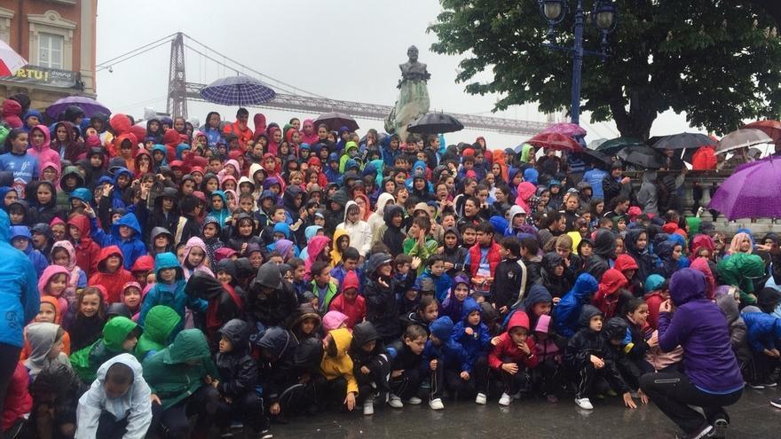 Más de 1.200 escolares corren en Portugalete a favor de las víctimas de Nepal y Save the Children