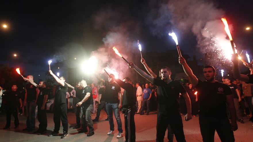 Simpatizantes del partido de extrema derecha griego Amanecer Dorado (Chryssi Avgi) celebran en Tesalónika (Grecia) los resultados electorales de mayo de 2012. EFE/STR