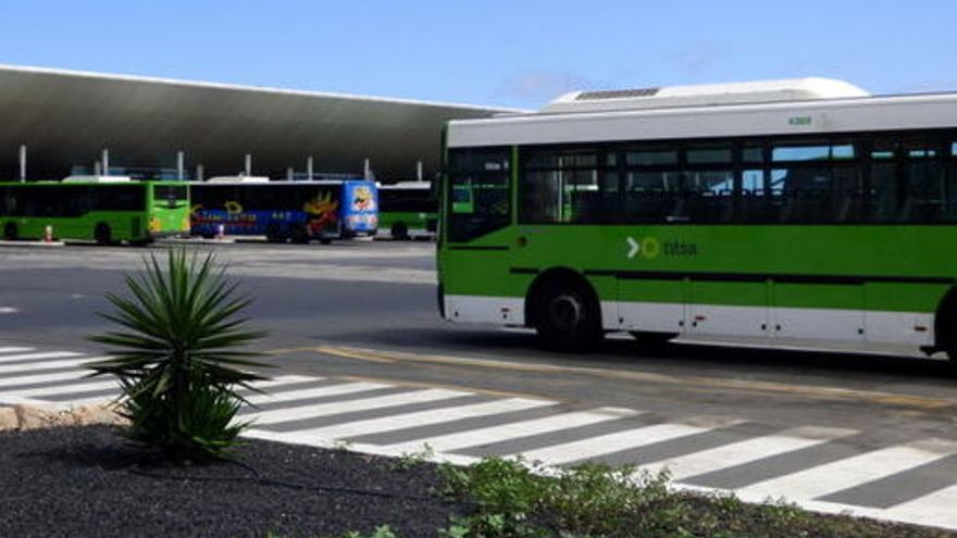 Una guagua de Titsa accede a la estación de Santa Cruz de Tenerife