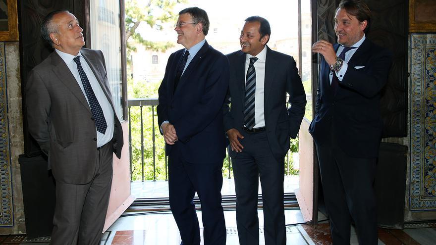 Fernando Roig, presidente de Pamesa, bromea con el presidente de la Generalitat, Ximo Puig. junto a los presidentes del València CF y el Levante UD.