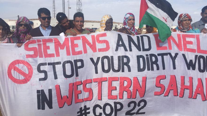 Manifestación en los campamentos de refugiados saharauis en Tindouf contra los proyectos de Siemens y Enel en los territorios ocupados.