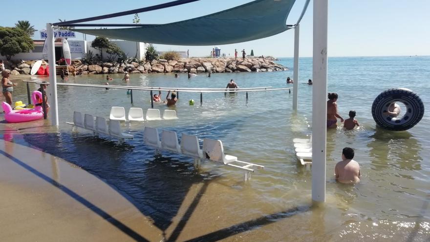 Una playa marbellí con zona de descanso para mayores dentro del agua, una de las banderas azules de 2018