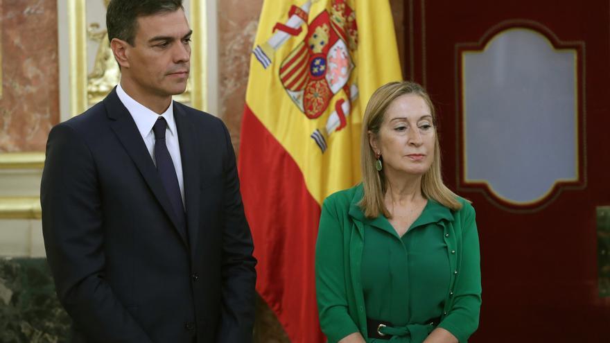 El presidente del Gobierno, Pedro Sánchez, y la presidenta del Congreso, Ana Pastor, en la presentación de los actos del aniversario de la Constitución