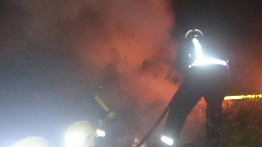En la imagen, un momento de la intervención de Bomberos La Palma en el conato de incendio registrado en la noche del domingo en la carretera de San Isidro (Breña Alta). Foto: BOMBEROS LA PALMA.