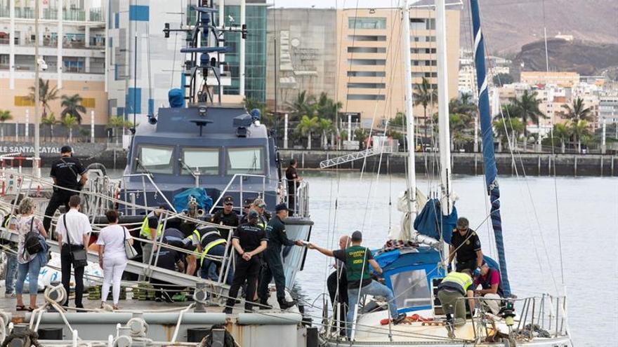 Las fuerzas de seguridad españolas interceptan el narcovelero y lo arrastran al Arsenal Militar del Puerto de Las Palmas.