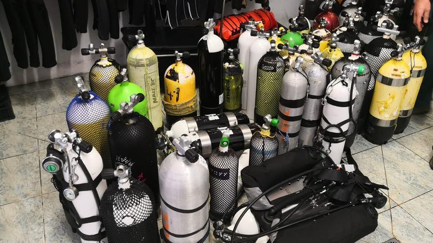 Botellas precintadas por la Guardia Civil.