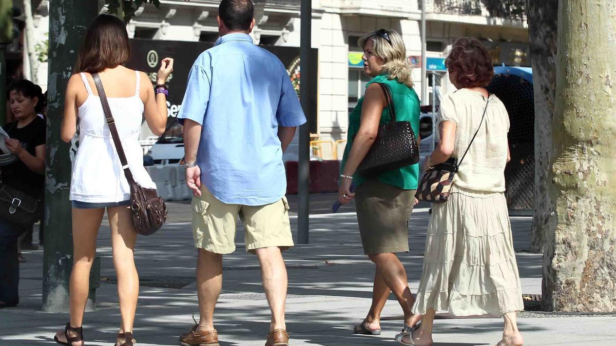 Gente paseando con buen tiempo