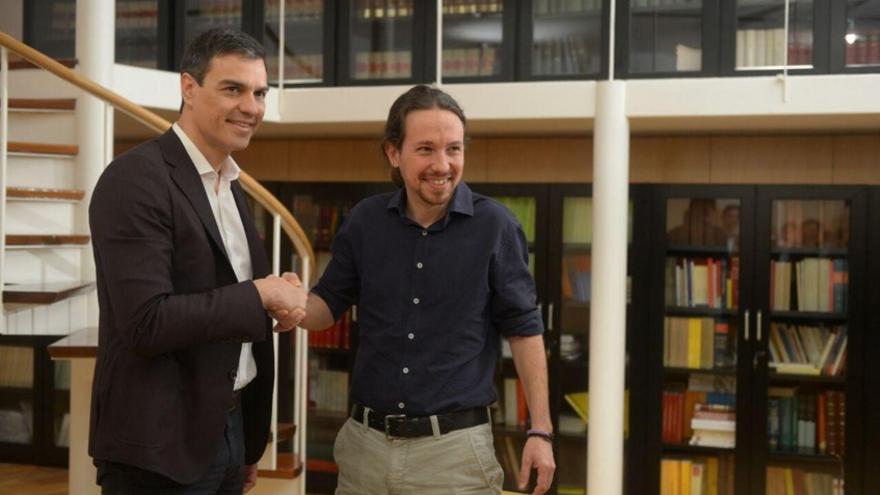 Pedro Sánchez y Pablo Iglesias se saludan antes de su reunión en la sala Martínez Noval del Congreso / Foto: Podemos