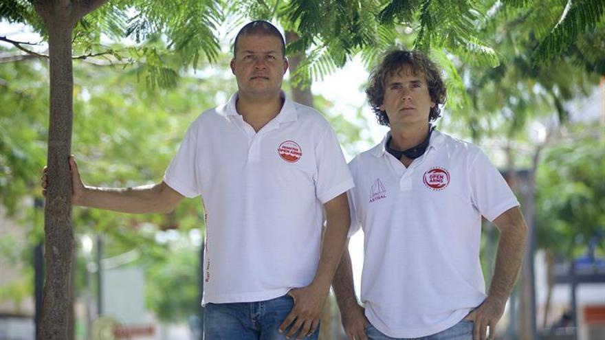El vicepresidente de la ONG Proactiva Open Arms, José Luis Smoris (d), posa junto a su compañero Humberto Fernández. EFE/Carlos De Saá