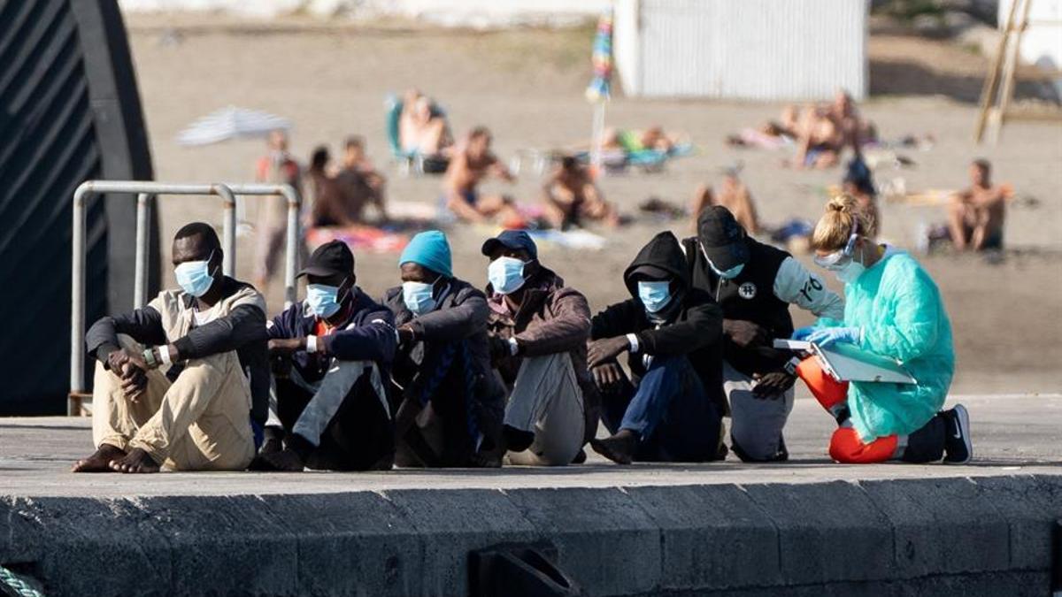 Migrantes en el puerto de los Cristianos, Tenerife