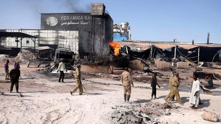 Se elevan a 23 los muertos por el incendio de una fábrica en Jartum.