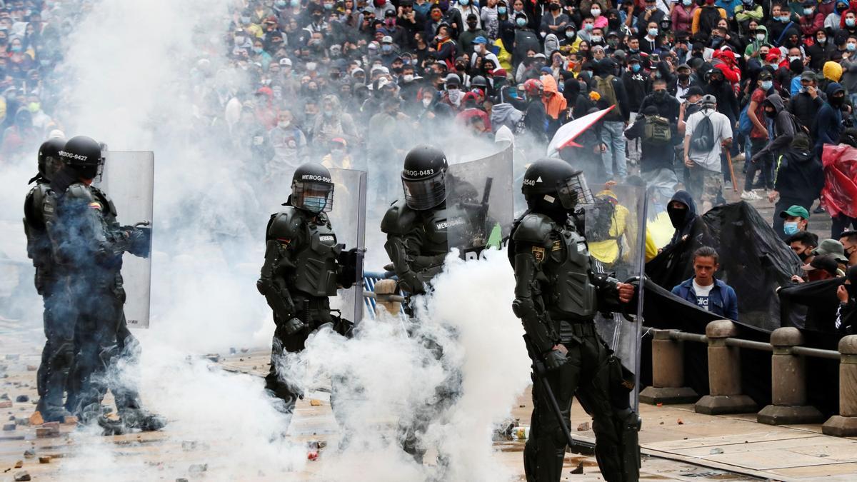 Manifestantes se enfrentan a la policía durante una protesta en la Plaza de Bolívar de Bogotá.