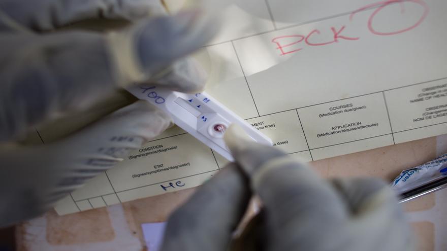 El año pasado, el 64% de la población mundial con síntomas de malaria se sometió a un test diagnóstico. Prueba rápida de malaria en el hospital de Bossangoa, en República Centroafricana. Fotografía:  Ton Koene