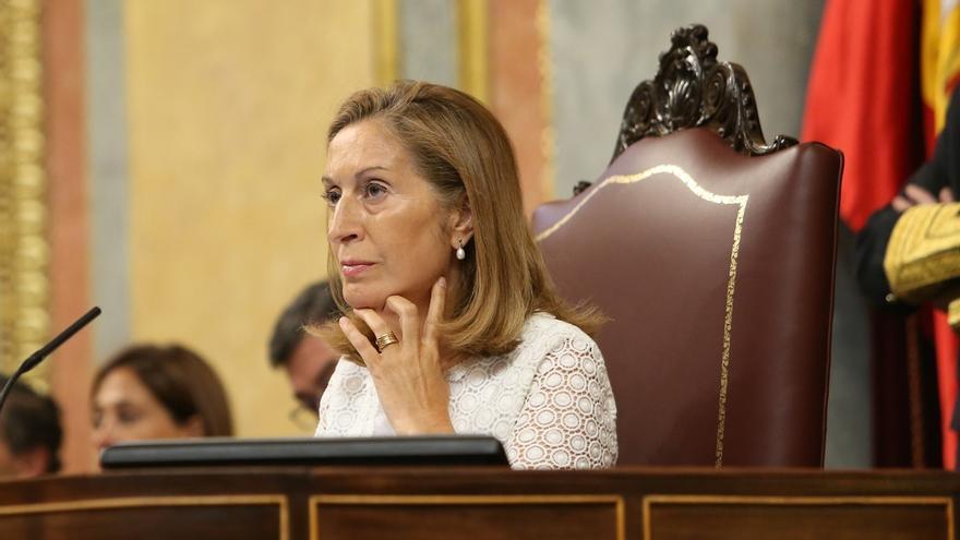 Ana Pastor regaña a los diputados por hacer fotos en el Pleno del Congreso y les recuerda que está prohibido