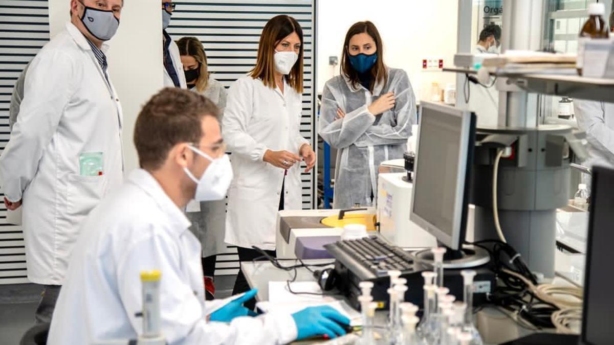 La concejala Elisa Valía en las instalaciones de análisis de las aguas residuales de València.