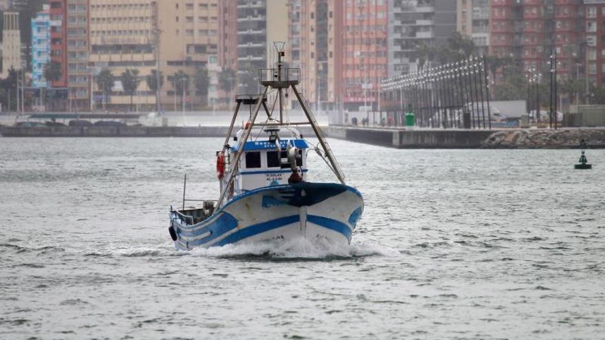 Una embarcación saliendo del puerto de Algeciras