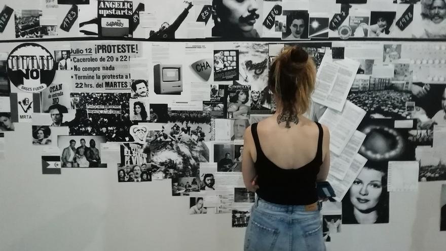 Una mujer observa una de las obras expuestas en 'La dimensión material de la imagen pornográfica'