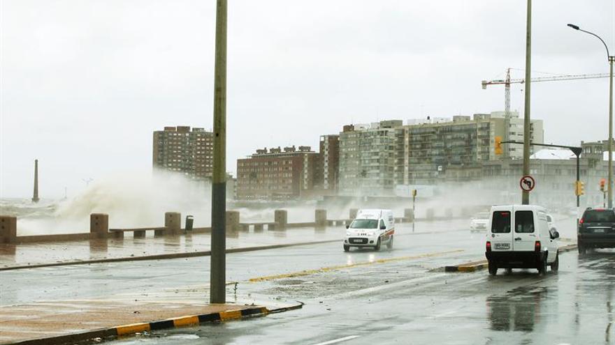 Rescatan en Uruguay a dos desaparecidos tras intensas lluvias en el norte