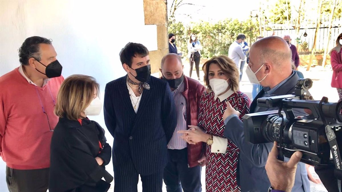 Susana Díaz visita la sede de la firma Palomo Spain junto al modisto, Antonio Ruiz y representantes del partido en Posadas.