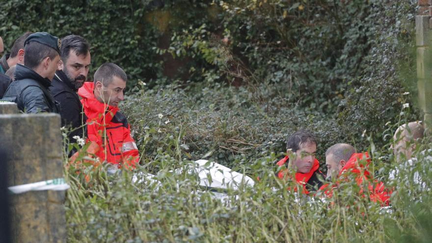 La Guardia Civil y bomberos trasladan en una camilla los restos del cadáver encontrado en una nave industrial de Rianxo (A Coruña) y que podría ser el de Diana Quer. Foto: EFE