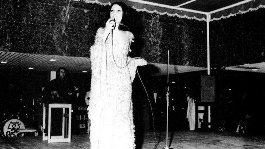 La cantante Sandie Shaw en la inauguración del hotel.