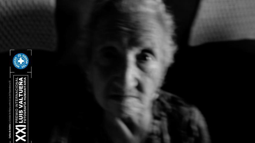 María del Palacio es una viuda de 95 años a la que la Comunidad de Madrid no autoriza el traslado a una residencia. La historia de María cuenta comoella y miles de personas de avanzada edad sufren psíquica y físicamente las consecuencias del aislamiento al que se ven inducidas. Este reportaje ha sido realizado íntegramente en el interior de su domicilio del distrito de Carabanchel. Foto: Carlos de Andrés. Ganador del XXI Premio Internacional de Fotografía Humanitaria Luis Valtueña de Médicos del Mundo. 2017-2018.